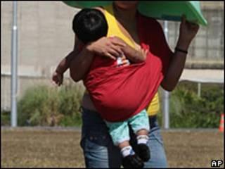 Mujer y bebé boliviana