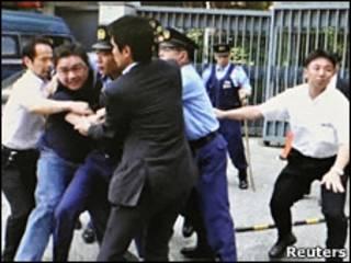 吾尔开希在中国驻日使馆外被捕