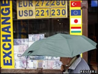 Una mujer pasa frente a una casa de cambio en Budapest.