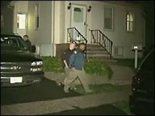 Policías investigan en las casas.