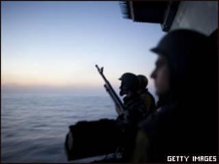 Soldados israelíes frente a las costas de Gaza