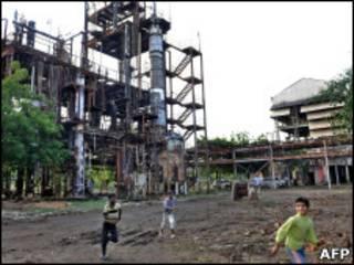 Дети играют у заброшенного завода в Бхопале