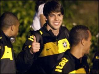 Kaká e colegas na chegada à Tanzânia