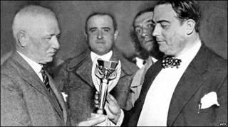 Вручение первого трофея команде Уругвая, 1930 год