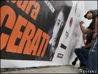 Admiradores de Cerati escriben mensajes en una valla