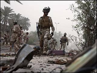 جندي عراقي يتفقد مكان انفجار سيارة مفخخة غربي العاصمة