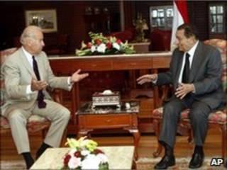 Joe Biden e Hosni Mubarak se reuniram no Egito