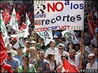 Manifestantes reunidos em frente ao Ministério da Fazenda em Madri