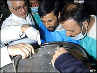 El presidente de Irán inspecciona la planta de enriquecimiento de uranio de Natanz.