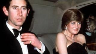 Принц Чарльз и (тогда) леди Диана Спенсер в автомобиле