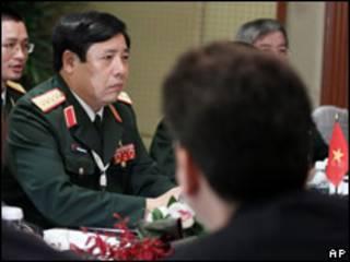 Tướng Phùng Quang Thanh trong cuộc gặp với bộ trưởng Robert Gates tại Singapore 04/06