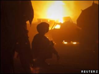 Vehículos incendiados en el lugar del ataque