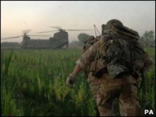 Солдаты НАТО бегут к вертолету