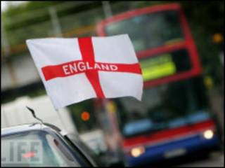 插在汽车上的英格兰国旗