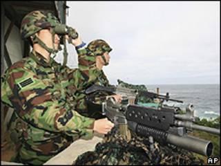 Soldado sul-coreano vigia fronteira em Gangneung, perto de Seul