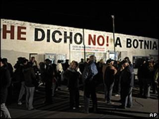 Activistas mantienen cerrado el puente entre Argentina y Uruguay.
