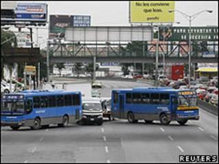 Barricada formada por dos autobuses de pasajeros en Monterrey