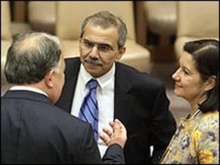 نواف سلام نماینده لبنان در سازمان ملل متحد (نفر وسط) در حال گفتگو با نمایندگان برزیل (سمت راست) و ترکیه که به قطعنامه تحریم ایران رأی مخالف دادند.