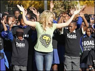 """Shakira baila con niños de la escuela primaria Isu""""lihle en Soweto, Johannesburgo"""