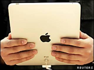 Unas manos sostienen un iPad