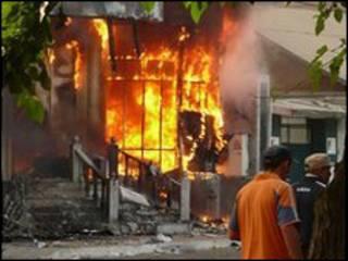 اضرام النيران في المنازل