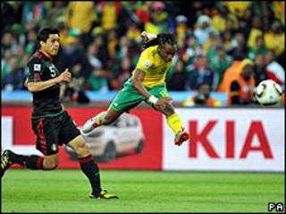 Tshabalala comemora o primeiro gol da Copa de 2010