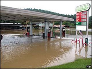 Gasolinera inundada por el desbodamiento del Caddo River, en Arkansas.