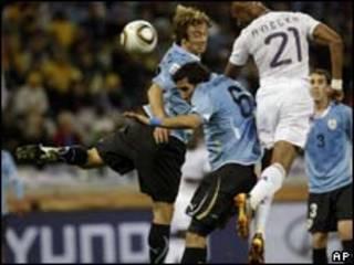 Lance de partida entre Uruguai e França nesta sexta-feira (AP)