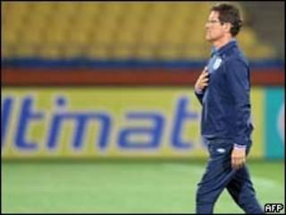 O técnico da Inglaterra, Fabio Capello, durante treino em Rustenburg nesta sexta-feira (AFP)