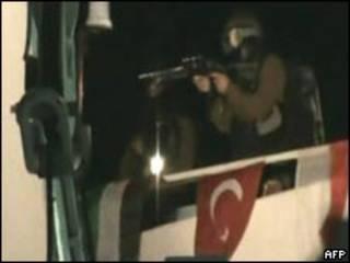 Cena do ataque ao Mavi Marmara mostra pela TV turca (arquivo)