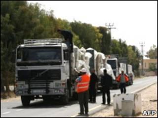 شاحنات تنتظر العبور الى غزة