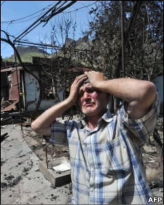 Узбек у своего сожженного дома