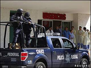 Policías federales de México esperan en la puerta del hospital donde llevaron a sus compañeros heridos