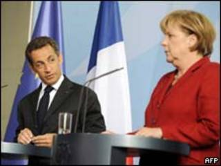 O presidente francês, Nicolas Sarkozy, e a chanceler alemã, Angela Merkel, durante coletiva nesta segunda-feira em Berlim (AFP)