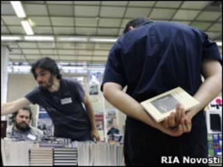 Мужчины рассматривают книги на Московском книжном фестивале