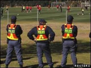Policía sudafricana vigila práctica de equipo suizo