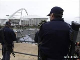 Policiais fazem a segurança em estádio de Durban