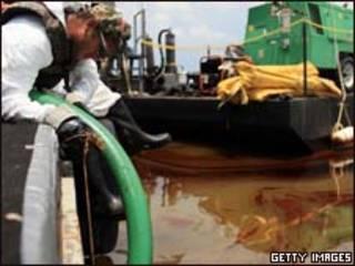 Funcionário trabalha em limpeza na região do Golfo do México (Getty Images, 15 de junho)