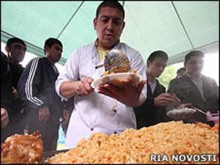 Полевая кухня для мигрантов около закрытого Черкизовского рынка (архивное фото)