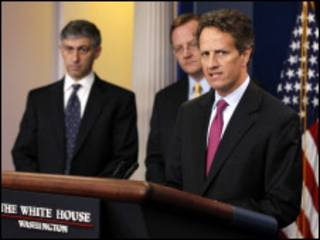 وزیر خزانه داری آمریکا در کنار معاون خود و سخنگوی کاخ سفید