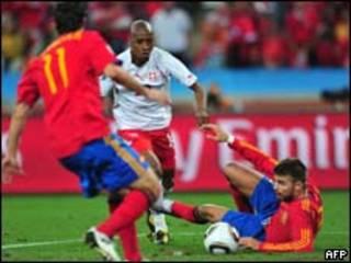O jogador suíço Gelson Fernandes dribla atletas espanhóis (AFP)