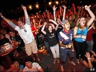 Aficionados estadounidenses celebran el gol de EE.UU. frente a Inglaterra en un pub de Boston.