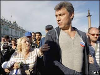 Борис Немцов на оппозиционном митинге в Санкт-Петербурге 31 мая 2010 года