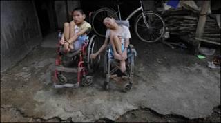 Các trẻ em bị cho là nạn nhân của chất da cam ở VN