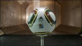 Футбольний мяч з логотипом компанії Адідіс