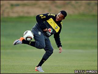 Robinho durante treino na escola St. Stithians, nesta sexta-feira, na África do Sul (foto: AllSport/Getty Images)