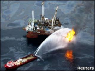 Quema controlada de petróleo del derrame en el Golfo de México.