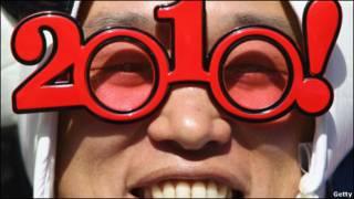 تصویری از یک تماشاگر فوتبال با عینکی به شکل 2010