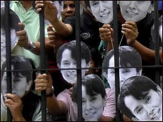 Para pendukung Aung San Suu Kyi