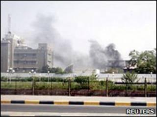 تصاعد أعمدة الدخان من مقر الأمن السياسي في عدن